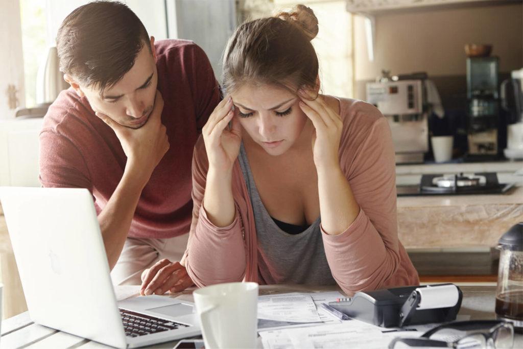 Семейная пара думает как платить кредит